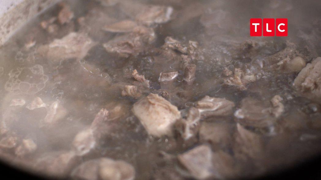 用今年出生的小公鹿烹調傳統的鹿肉湯。江振誠說,愛奴語已經沒有人會說會寫了,唯一可...