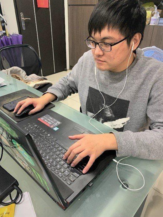 課程結束後,何榮廷以新學技能,順利應徵到網站設計工程師職務。