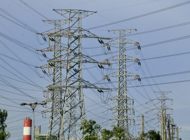 經濟部22日赴行政院會報告「7月暫緩實施住宅夏月電價」,行政院長蘇貞昌會中裁示通過;報告指出,7月直接取消夏月電價,只有單月用電1000度以上的用戶,超過1000度以外的使用量才適用夏月電價。圖為供輸電力的電塔。 中央社