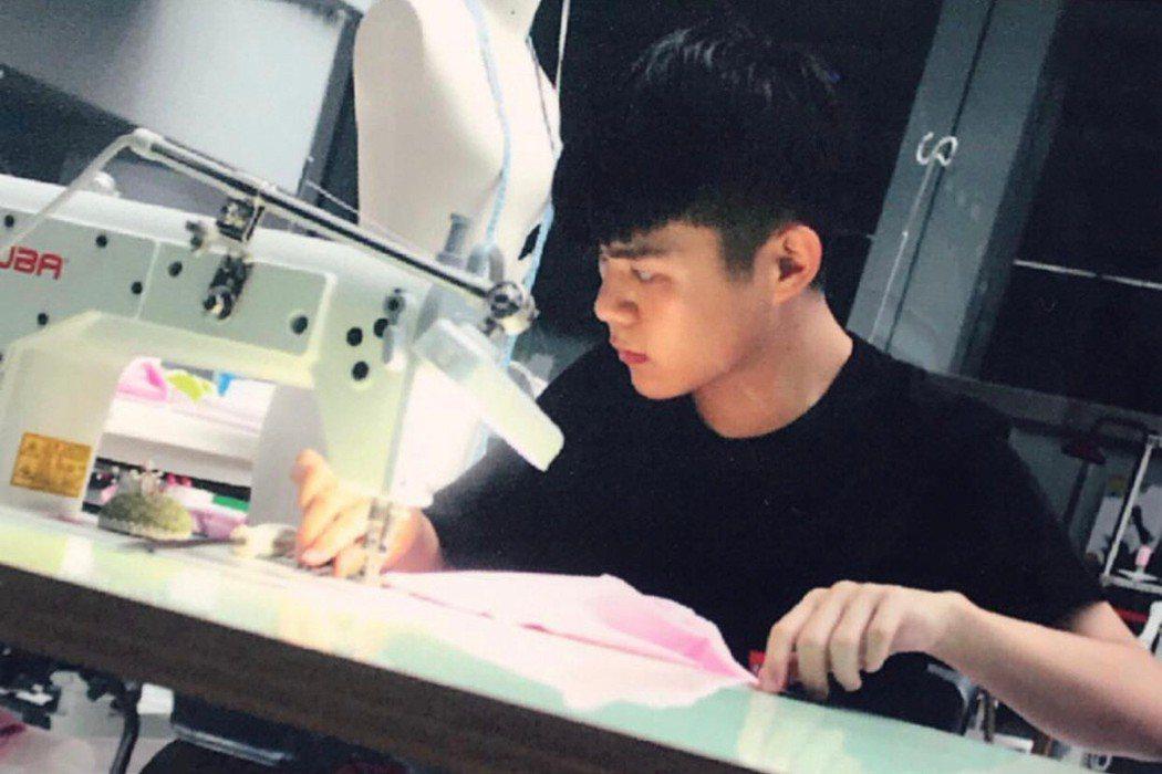 賴名浩在服裝教室挑燈夜戰精進技藝。