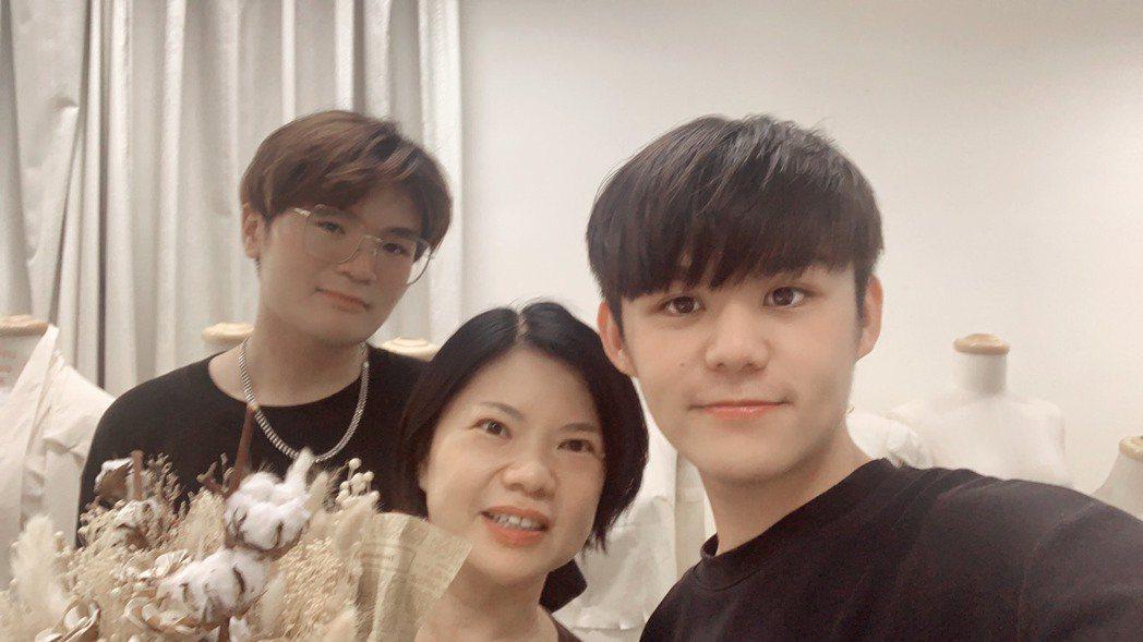 賴名浩(右一)感謝明道大學時尚系何素貞老師的(中)的指導。