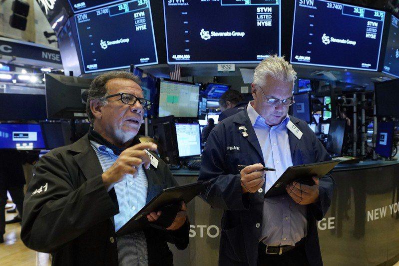 美股三大指數21日續漲,與歷史高點都僅距1%以內。美聯社