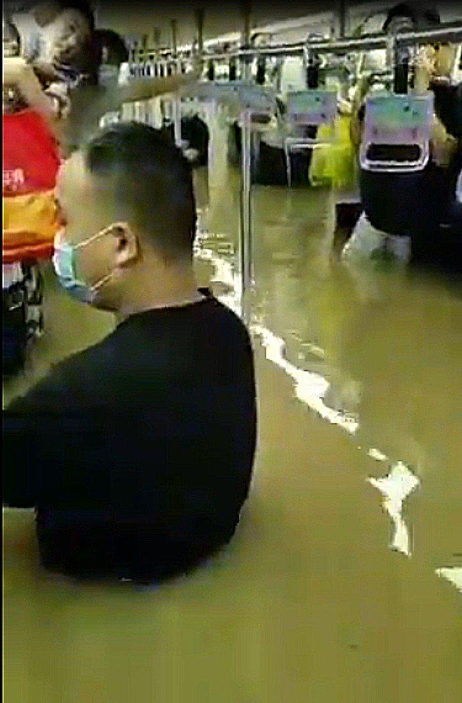 河南鄭州地鐵淹水,車廂內積水一度漫至成人胸部乃至頭部。圖/取自youtube