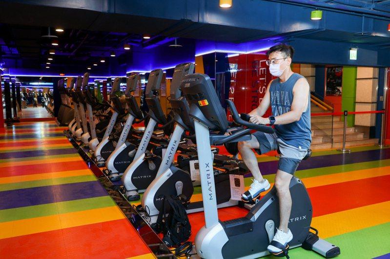 圖為日前微解封健身房可重新營業,已有健身民眾前往,但健身器材使用須保持社交距離。記者曾原信攝影/報系資料照
