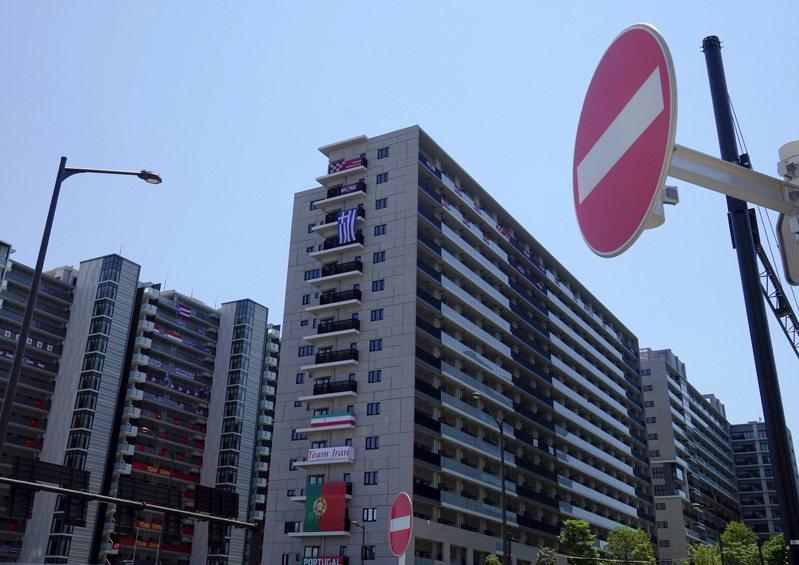 日本政府與東京奧運暨帕運組織委員會為了防疫將祭出重罰,包括外國選手與媒體記者等東奧相關人士,若多次違規外出,將最高罰禁足14天。 路透社