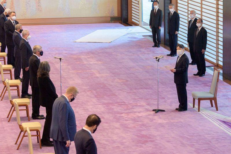 日皇德仁今天在皇居的宮殿接見國際奧會主席巴赫(Thomas Bach)等19人。 圖/路透社