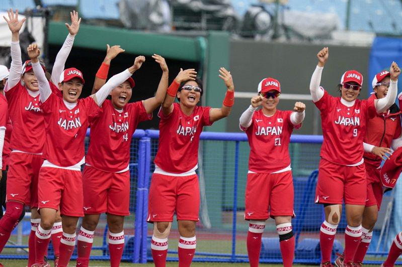 日本女壘隊二連勝。 美聯社