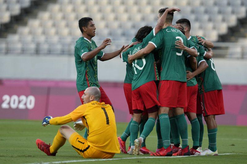 奧運男足墨西哥大勝法國。 美聯社