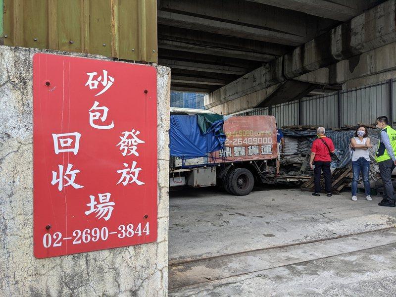 汐止區公所也準備了3、4千個砂包提供索取,一個社區可以申請50個砂包,趕在颱風來襲前做好萬全的防颱準備。 圖/觀天下有線電視提供