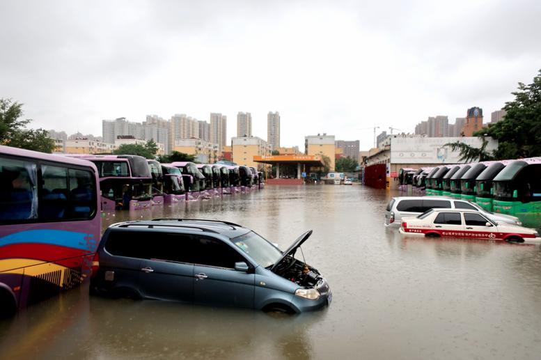 河南鄭州暴雨導致城區積水嚴重。(中新社)