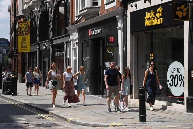 英格蘭地區19日起全面解封,倫敦街頭逛街民眾都拿掉口罩。歐新社