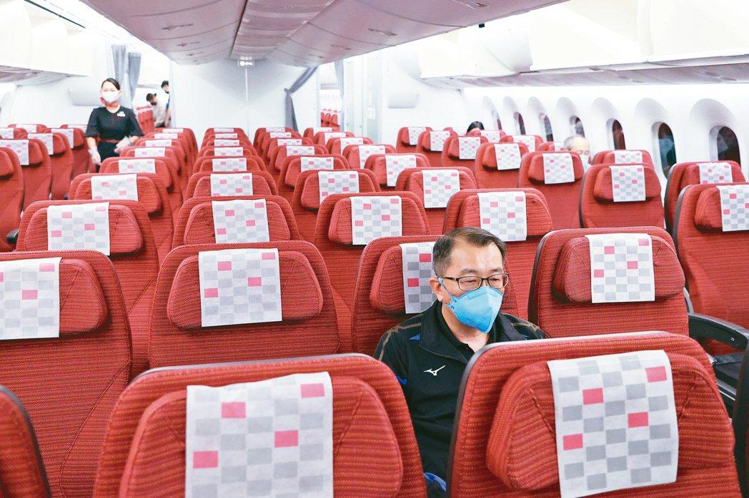 已請辭的體育署長張少熙昨天搭經濟艙飛往東京與代表團會合。特派記者余承翰/東京攝影
