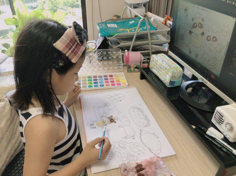 疫情三級警戒已滿2個月,有繪畫班老師迅速轉型線上教學,透過數位工具與學生互動,才勉強熬過「斷炊」危機。圖/荷楷畫室提供