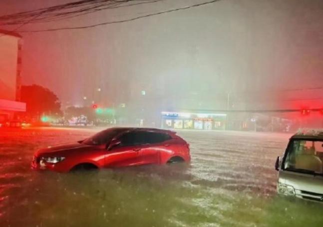 河南省持續下暴雨中,新鄉市降雨紀錄超越鄭州市,洪水沖進民宅。照片/河南廣播電視台