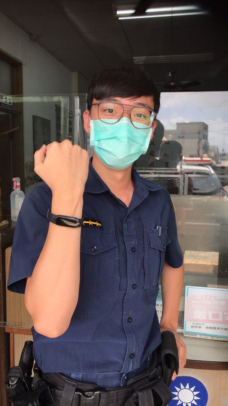 台中市大甲警分局海墘派出所獲贈智能手環,有防疫最夯的血氧飽和度追蹤功能。圖/警方提供