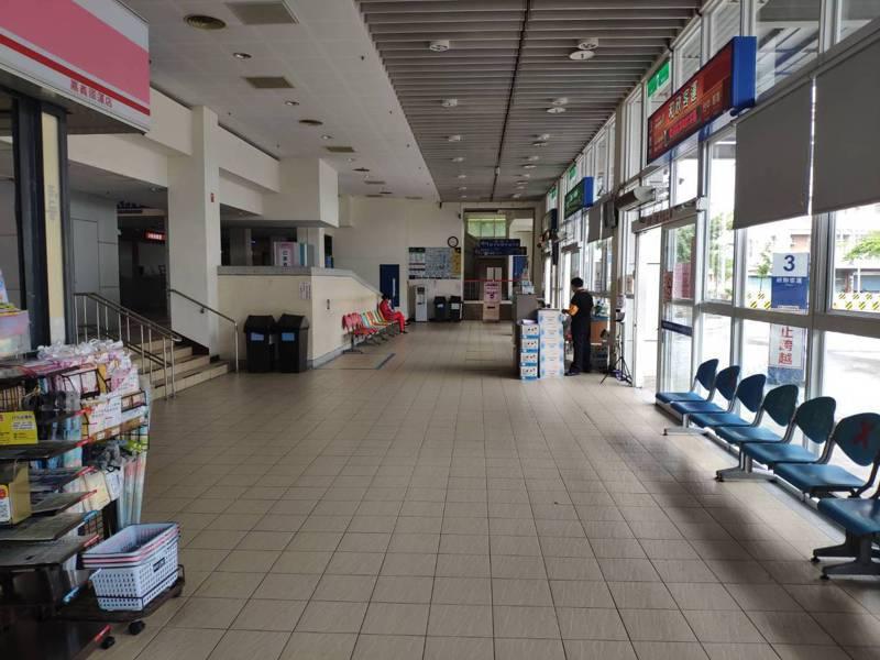 新冠肺炎本土疫情重創客運業,在嘉義交通轉運中心經營的國道客運公司經營得很辛苦,苦撐待變,候車室空蕩。圖/謝連仲提供
