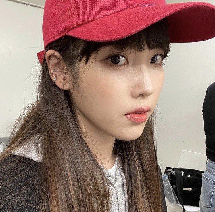 IU在IG秀出新髮型,有妹妹頭齊瀏海。圖/摘自IG