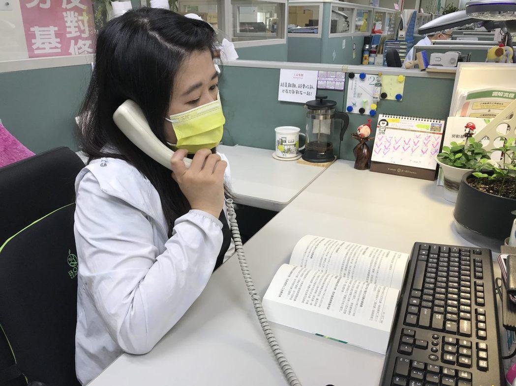 「勞條健檢師」可免費為企業輔導勞動法令服務,防疫間也可用電話諮詢。  圖/北市勞...