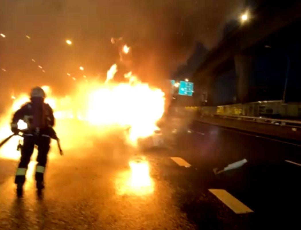 BMW雙門轎跑車打滑自撞護欄起火,整輛車成了一團火球。記者林昭彰/翻攝