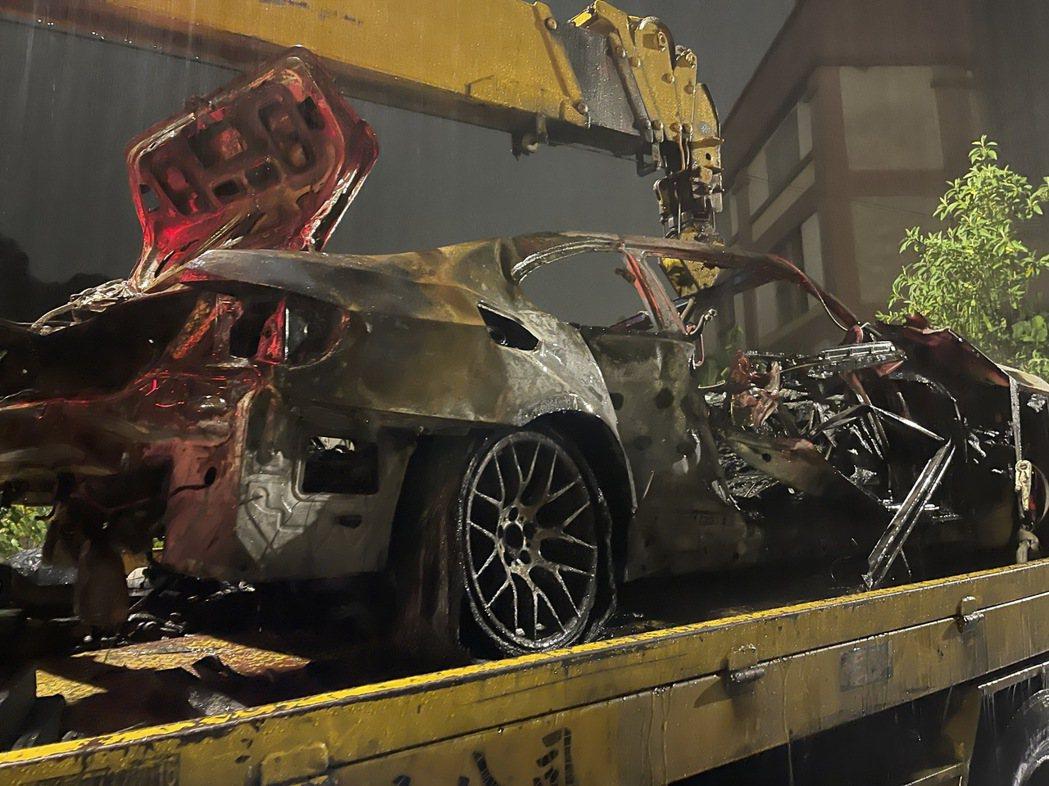 火勢撲滅之後,整輛車燒成廢鐵。記者林昭彰/翻攝
