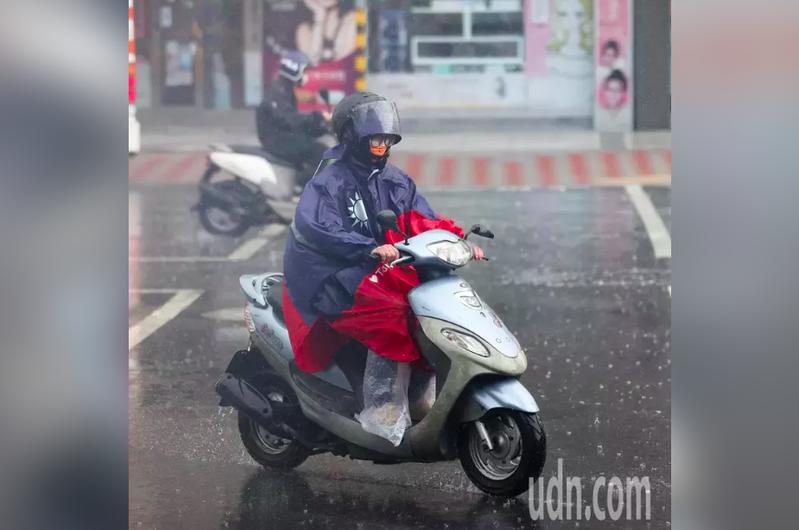 烟花颱風逐漸逼近台灣,今天下午大台北多處出現陣雨,許多機車騎士紛紛穿上雨衣。記者潘俊宏/攝影