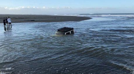 影/88萬購入的吉普車奔馳蘇澳沙灘 一車4人慘泡水險滅頂