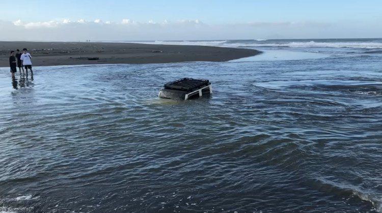 一輛吉普車在蘇澳新城溪出海口,不慎翻覆險些滅頂。圖/記者林佳彣翻攝