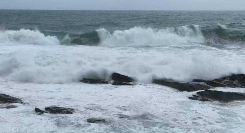 基隆海邊出現4.5公尺大浪,大武崙店家、民眾裝防水閘門。記者游明煌/翻攝