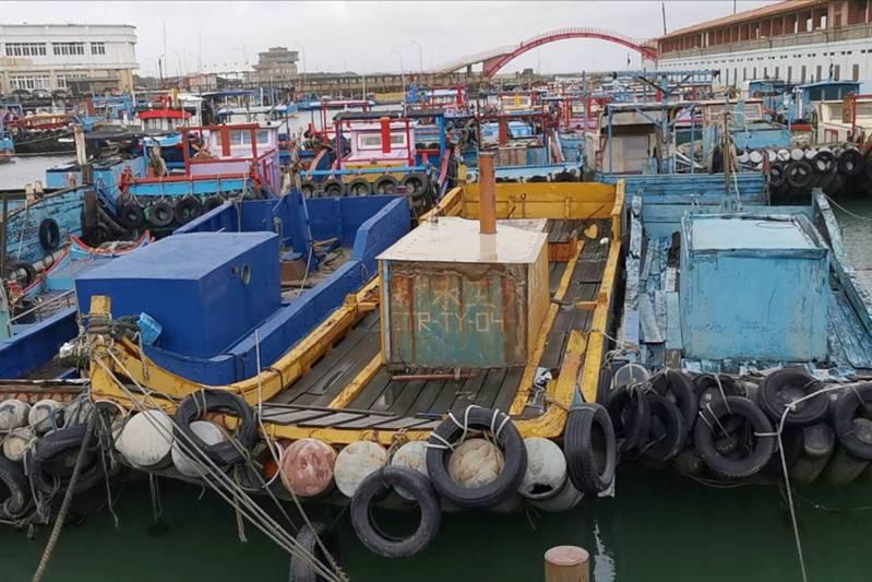 烟花颱風來襲,桃園市大園竹圍漁港漁船紛紛入港碼頭繩索固定及趁機整補。記者曾增勳/攝影