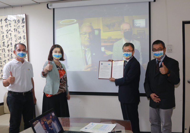 中山大學校長鄭英耀(右二)與理學院院長吳明忠(左一)、氣膠科學研究中心主任王家蓁(左二),在國際處處長郭志文(右一)的見證下,與德國羅斯托克大學線上簽署MOU。圖/中山大學提供