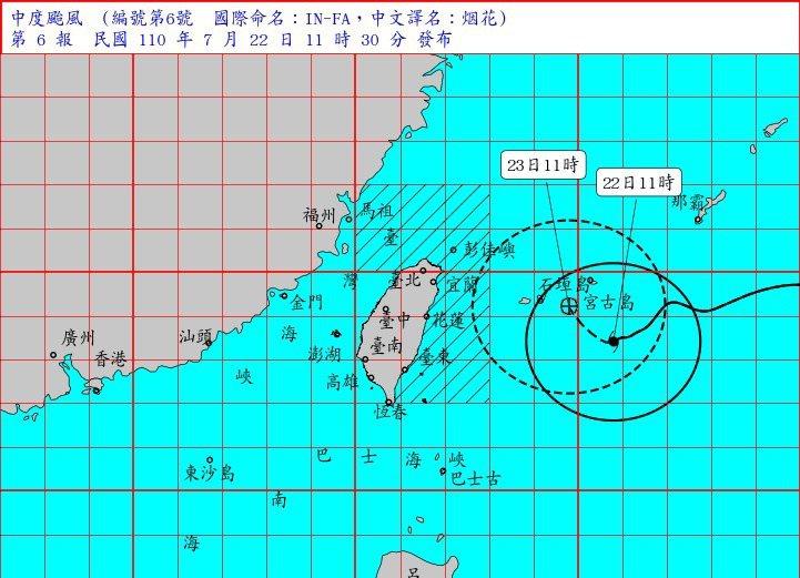 原本預估將直撲台灣的中颱烟花路徑持續向北修正,颱風假的相關討論也在各大論壇頻繁出現,有網友指出台灣似乎已近一年沒有放過颱風假,貼文引起熱議。圖/氣象局提供