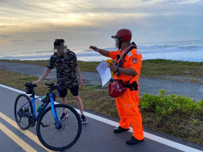 烟花颱風逐漸接近,海巡署人員勸導民眾勿在海邊逗留。圖/第一二岸巡隊提供