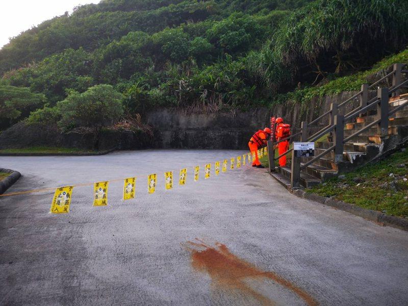 烟花颱風海警發布,第一二岸巡人員到海邊拉起封鎖線。圖/第一二岸巡隊隊提供