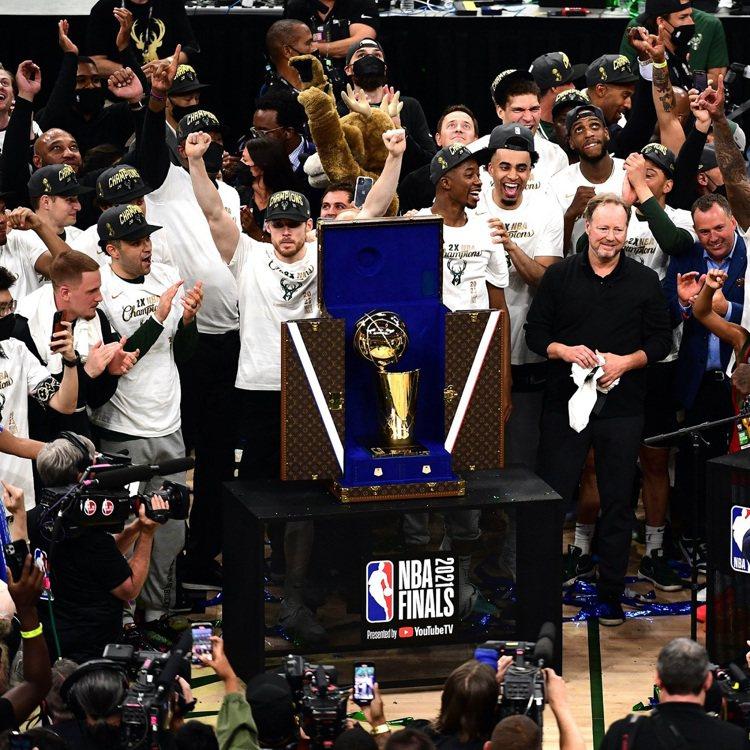 2021年美國職籃(NBA)決賽,最終由公鹿隊拿下睽違五十年的冠軍。在直播的頒獎...