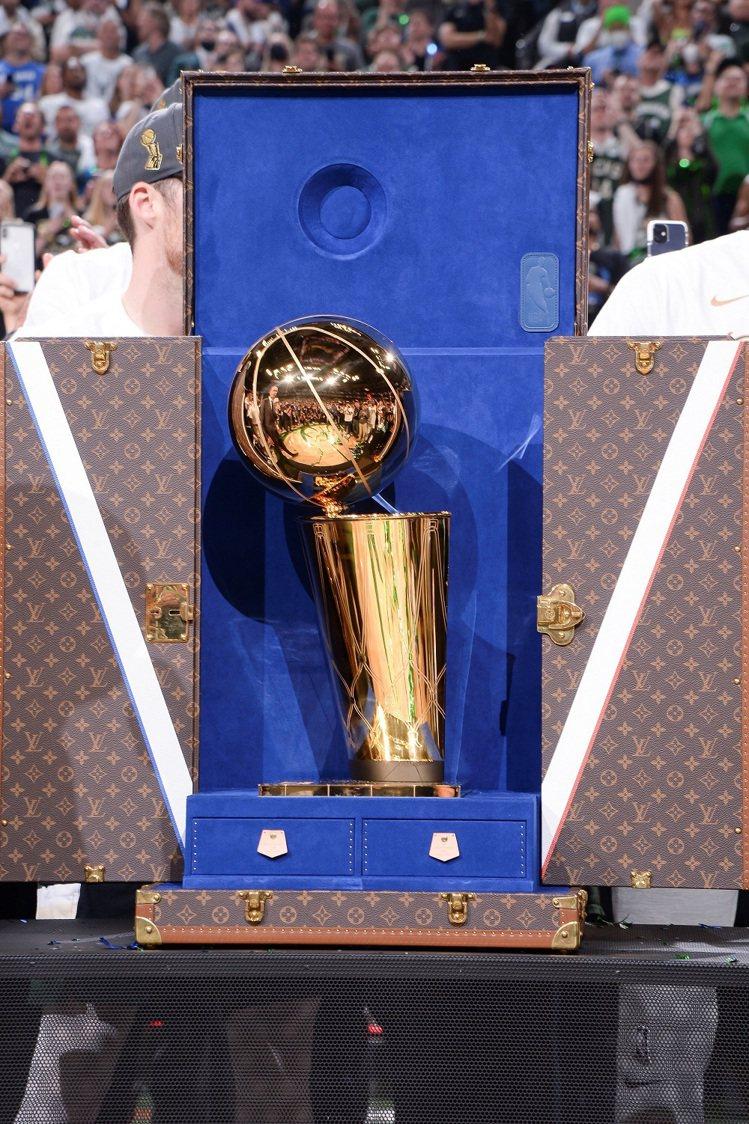 獎盃旅行箱包裹著LV代表性的經典Monogram帆布,並搭配傳統黃銅固定件,「V...