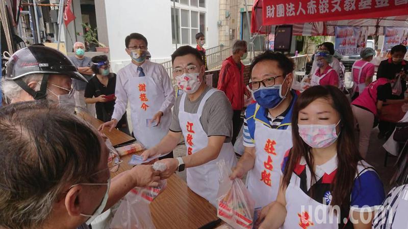 國民黨主席江啟臣與副秘書長謝龍介等人今天在台南發送愛心便當。記者鄭惠仁/攝影