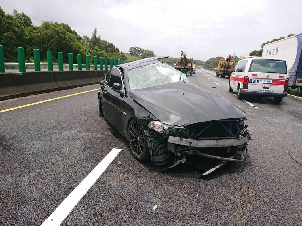 國道3號苗栗西湖南下路段上午11點多發生兩輛大、小車碰撞事故,造成2人受傷送醫,...