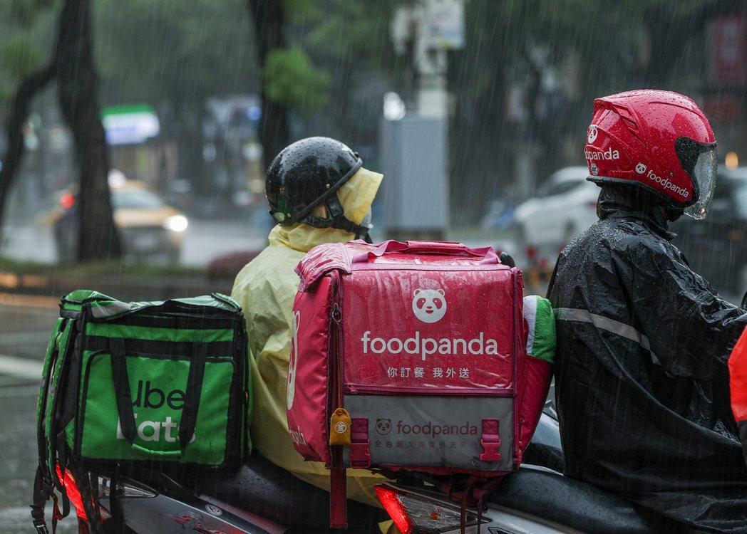 颱風期間若家庭成員有受雇需求,勞工可請家庭照顧假,若因此影響考績、獎金,最高可罰...