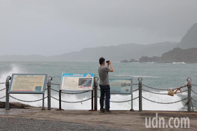 中颱烟花來勢洶洶,隨著風雨逐漸增強,有民眾來到基隆潮境公園觀看壯觀的巨浪拍打岸邊。記者許正宏/攝影