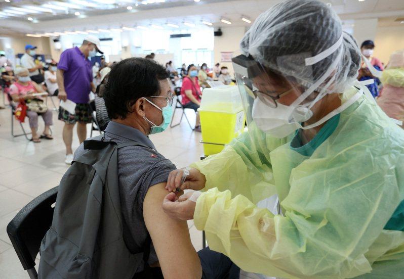 外籍人士可用居留證和健保卡預約登記疫苗,但陸生、沒有相關證件的境外生和待領證的新生成了疫苗孤兒。圖為今日疫苗施打情形。記者林澔一/攝影