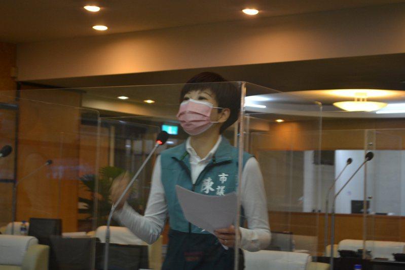 台南市議員陳怡珍今天在市政總質詢時,促請市府有停業補助。記者鄭惠仁/攝影