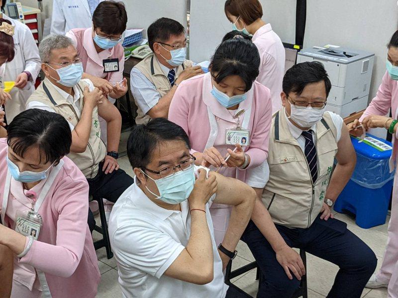 台南市長黃偉哲(前左二)與桃園市長鄭文燦都表態力挺高端疫苗,但其實兩人日前已接種第二劑AZ疫苗。圖/聯合報系資料照片