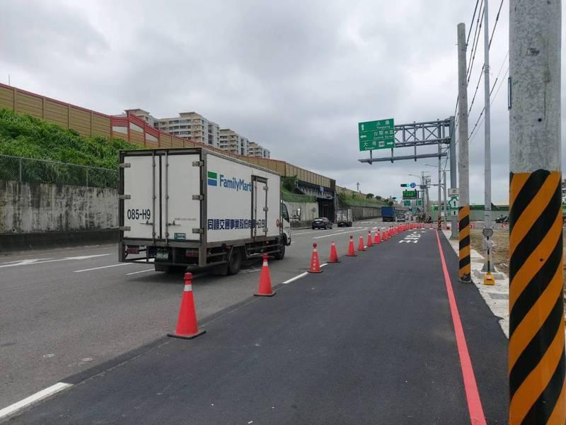 台南市政府為解決大灣交流道周邊交通壅塞問題,第1階段交流道東側改善方案今天通車。圖/南市府工務局提供