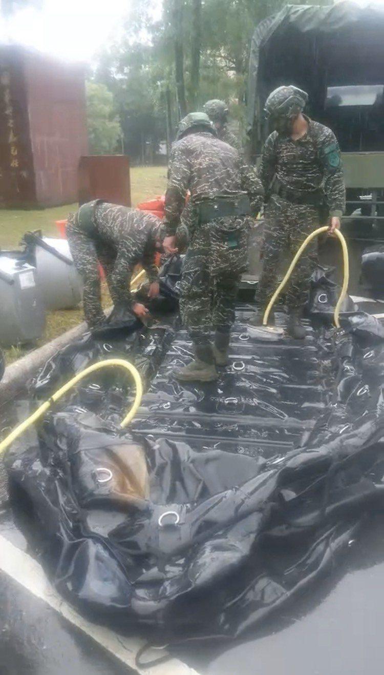 面對颱風嚴陣以待,軍方運來救生艇等裝備。圖/軍方提供