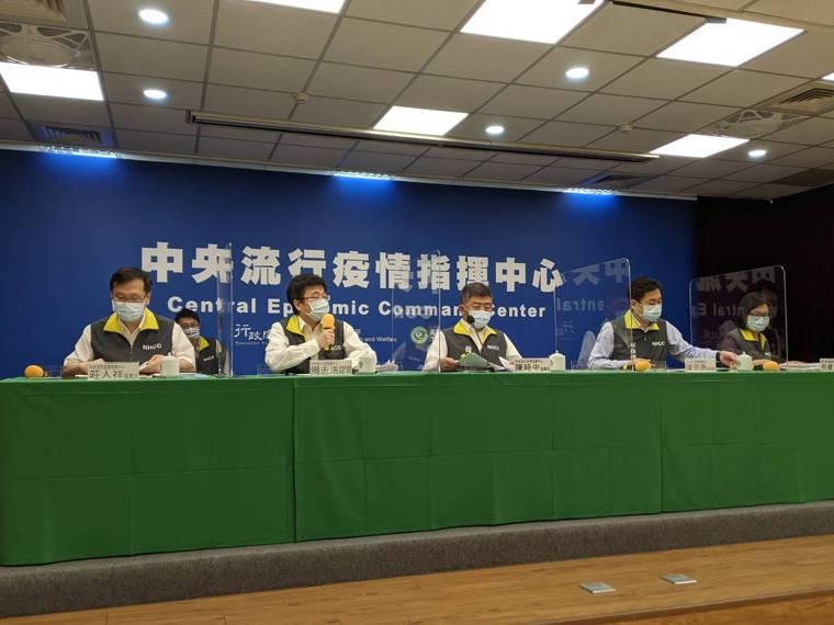 中央流行疫情指揮中心記者會,第一排由左到右中央流行疫情指揮中心發言人莊人祥、疫情...