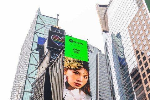 金曲歌后魏如萱(Waa)日前接棒張惠妹 (aMEI)榮登Spotify「EQUAL」的封面人物,主視覺躍上美國紐約時代廣場20層樓高的巨型螢幕宣傳,她開心直呼:「真的是巨幕耶,此刻的心情是很榮幸、很...