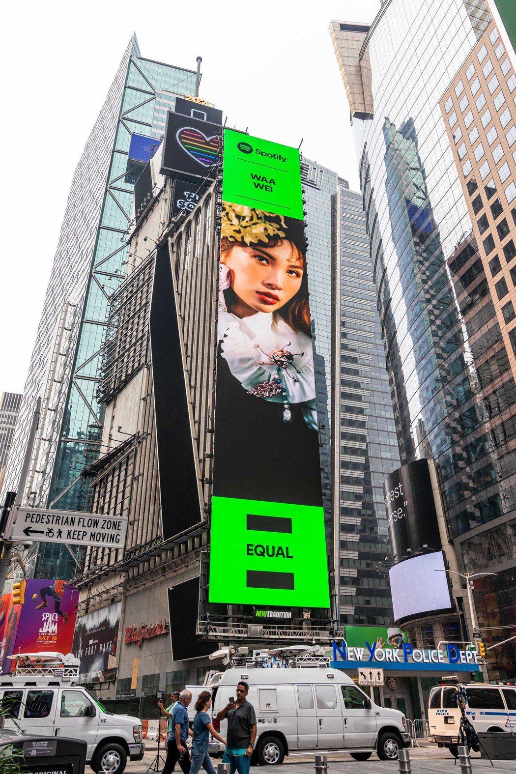 魏如萱接棒阿妹,躍上紐約時代廣場高樓巨幕廣告。圖/何樂音樂提供