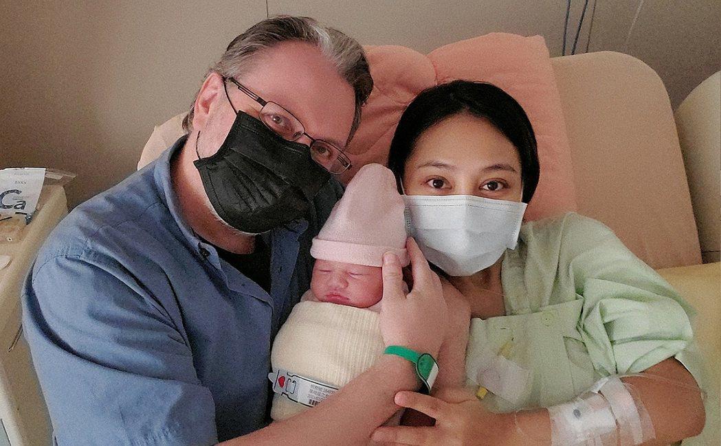 葉瑋庭(右)順利產下愛女「鷹寶寶」,加拿大籍老公Russell相當開心。圖/星光