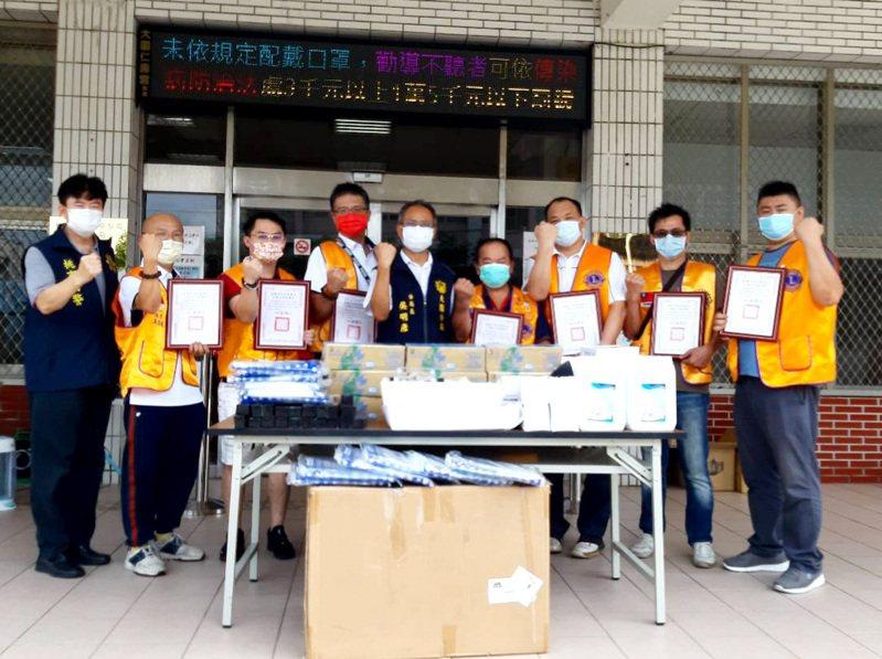 桃園市7個獅子會長或副會長捐贈防疫物資,提供大園分局第一線防疫人員作好防疫。記者 曾增勳/攝影