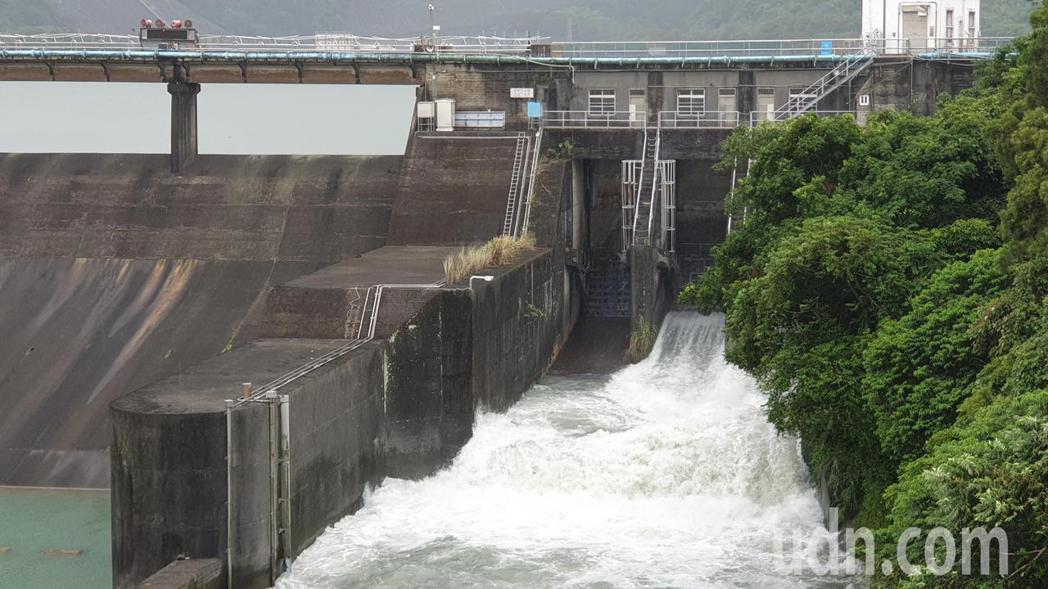 石門水庫今天持續調節放水。記者鄭國樑/攝影